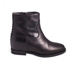 Low boots internal heel studs