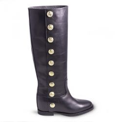 Boot in leather with gold buttons and internal heel