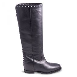 Boot in leather with studs and internal heel